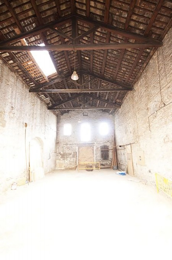 536056bcc07a800ba900008f_renovation-of-an-industrial-building-into-a-single-family-house-guim-costa-calsamiglia_casa-ov-antes-1-661x1000